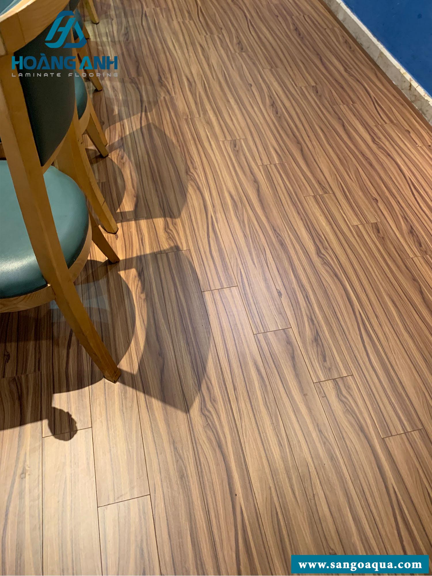 Công trình sàn gỗ Kosmos KB1884 12mm nhà hàng quận 3